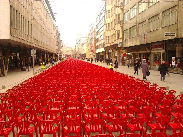 blusrcu.ba-FOTO&VIDEO/SARAJEVO JUTROS: 11.541 prazna crvena stolica u čast ubijenim Sarajlijama