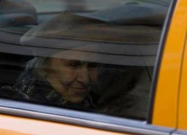 starica u taksiju